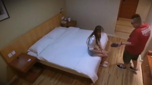 """Slēptā kamera: Ārprāts! 17-gadīga meitene gatava """"iemainīt"""" savu nevainību pret… iPhone 8!"""