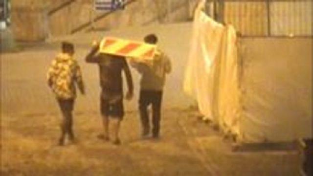 VIDEO: Tas brīdis, kad nozodz ceļa zīmi, bet policija tevi vēro… Jauniešu skaidrošanās vienkārši ir jāredz!