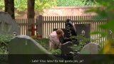"""VIDEO: Slēptā baisā kamera! Rīgā kapos klīst """"nāve"""" melnā apmetnī ar izkapti pār plecu!"""