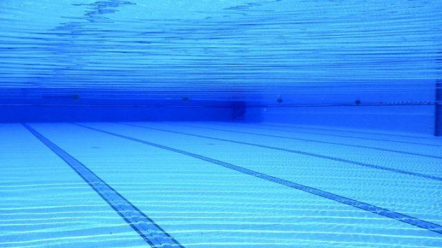 Traģēdija Ventspilī: Peldbaseinā peldēšanas apmācību laikā gājis bojā bērns.