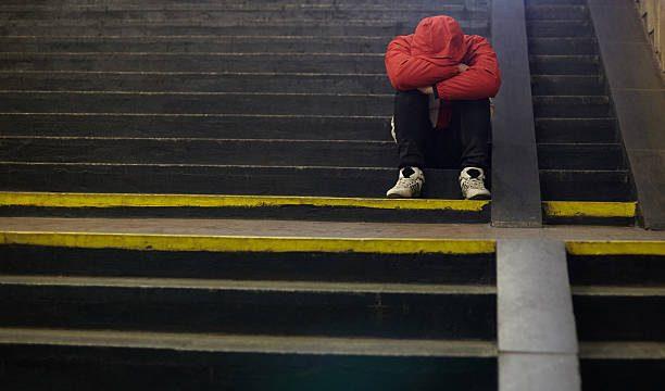 Policisti Rīgā naktī kāpņu telpā sastop guļošus bezpajumtniekus kopā ar 14 gadīgu puisi!