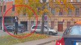 VIDEO: Tas brīdis, kad sētnieks Rīgā ne pa jokam sadusmojas uz… LAPĀM!