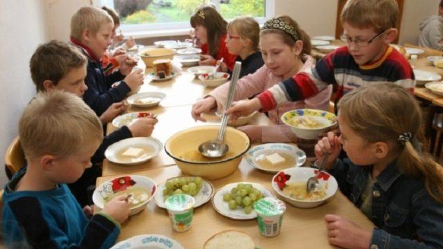 1.-4. klases skolēnu brīvpusdienu nauda 231 111 EUR tiks iztērēta… ierēdņu algu celšanai!