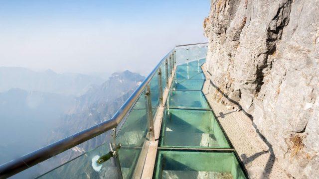 """VIDEO: Tas brīdis, kad vairāku simtu metru augstumā Tev zem kājām """"plīst"""" stikla tiltiņš…"""