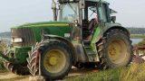 Vīrietis paziņam vairākkārt iešauj galvā, iecērt cirvi galvā, pārbrauc ar traktoru! Vīrietis izdzīvo!