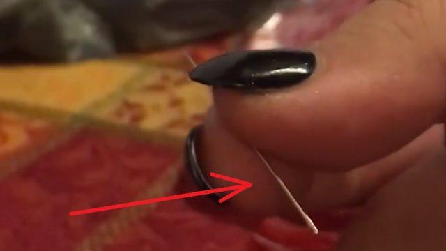 VIDEO: Ārprāts! Māte dēla Helovīnos saņemtajā konfektē atrod apzināti noslēptu adatu!