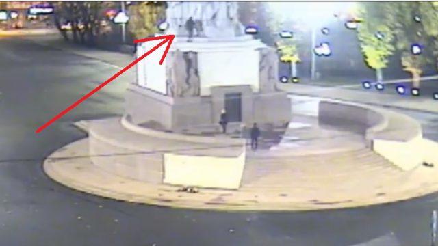 VIDEO: Ārzemnieks nakts vidū uzrāpjas uz Brīvības pieminekļa!