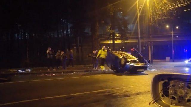 Aculiecinieka VIDEO: Mežaparkā uz jumta apgāzies kāds auto!