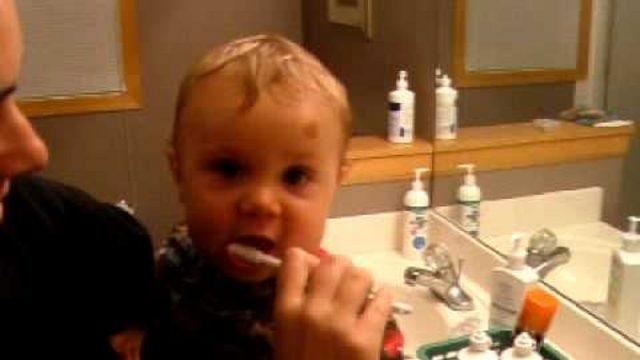 Vecāki Rīgā izsauc policiju, jo uzrīko pamatīgu skandālu par to…, kurš bērnam iztīrīs zobus!