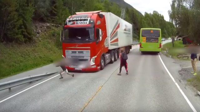 Šokējošs video! Tikai pateicoties latviešu šofera reakcijai Norvēģijā netiek notriekts bērns!