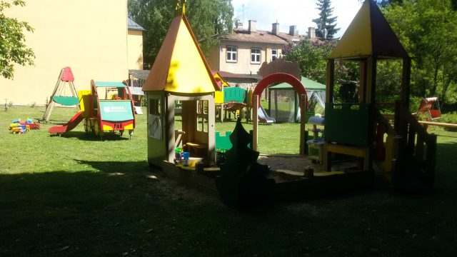 Rīgā zīdaiņu bērnunamā iefiltrējusies žurnāliste fiksē šokējošu attieksmi pret mazuļiem!