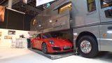 VIDEO: Neko tādu līdz šim vēl nebūsi redzējis – ģimenes kemperis ar Porsche!