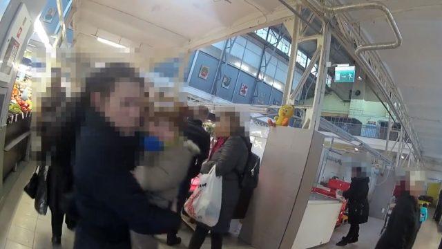 VIDEO: Pārdzērusies māte Rīgā mūkot no policistiem pamet vienu no saviem bērniem!