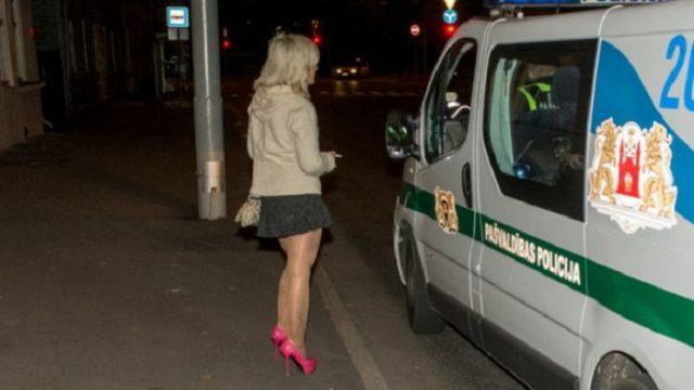 """VIDEO: Lai pieķertu prostitūtas, Rīgas pašvaldības policisti """"spiesti"""" izmanto viņu pakalpojumus!"""