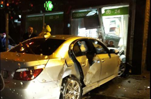 """Aculiecinieka FOTO: Šorīt Rīgā notikusi smaga avārija – """"BMW"""" ietriecoes aptiekā!"""