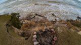 FOTO: Jūrkalnes piekrastē paveras iespaidīgi, bet tajā pat laikā ļoti skumji skati…