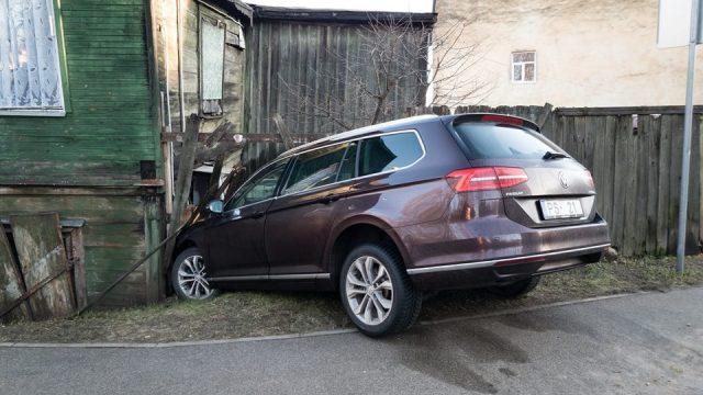 FOTO: Āgenskalnā vieglais auto taranē dzīvojamo māju!