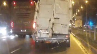 VIDEO: Rīgas ielās manīts busiņš, kas kuru katru mirkli draud sadalītos gabalos!