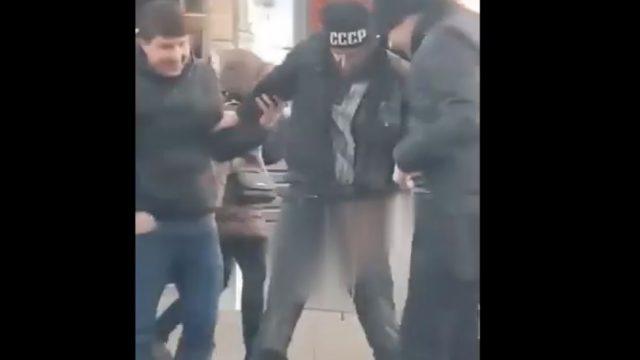 VIDEO: Rīgas centrā nofilmēts čurājošs PSRS fans, kurš iekrīt pats savā urīna peļķē!