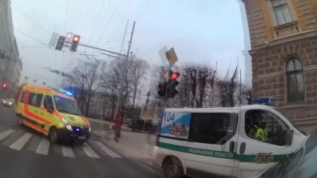 VIDEO: Pašā Rīgas centrā gados jauns dzērājšoferis krustojumā aizmieg pie auto stūres!