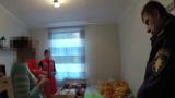 VIDEO: Šausmas! Aizstāvot māti, Rīgā mazs bērns iedur tēvam galvā šķēres!