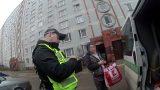 Policija Rīgā kāpņutelpā pie atkritumu stāvvada uz betona grīdas atrod grūtnieci – bezpajumtnieci!