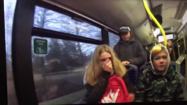VIDEO: Piedzērušies mazgadīgie Rīgas satiksmes autobusā uzrīko pamatīgu jandāliņu!