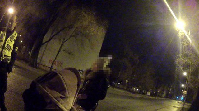 FOTO: Policisti 3 naktī Rīgā satiek pārdzērušos kompāniju un sievieti, kurai ratos zīdainis!