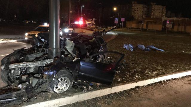 FOTO: Traģēdija Kauņā: pēc policijas pakaļdzīšanās BMW avārijā iet bojā trīs cilvēki