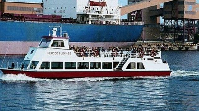"""Traģēdija Ventspilī: Pie ekskursiju kuģīša """"Hercogs Jēkabs"""" gājis bojā vīrietis!"""