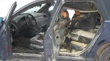 Kandavas stacijā vīrieši nolaupa kolēģi; aizved uz mežu; cietušais, lai izbēgtu aizdedzina auto!