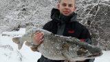 VIDEO: Marģers no Liepājas ezera izvelk īstu milzeni – gandrīz 18 kg smagu; 130 cm lielu līdaku!