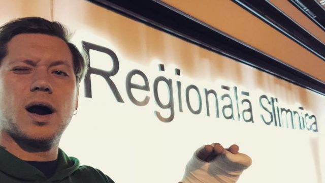 FOTO: Dziedātājs Ralfs Eilands pirms Jaunā gada koncerta smagi savainojas un nonāk slimnīcā!