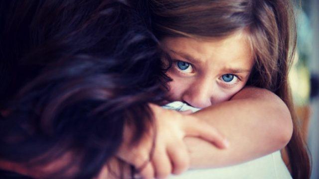 Māmiņa šokā: Liela parādu piedziņas firma piedraud atņemt arī bērnu, ja viņa nemaksās parādu…