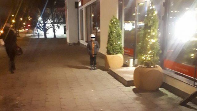 FOTO: Purvciemā tēvs savu 4-gadīgo bērnu pamet salt uz ielas, kamēr pats spēlē automātus!