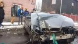 VIDEO: 7. sērijas BMW limuzīns Rīgā burtiski iznīcina sētu taranējot betona stabu!