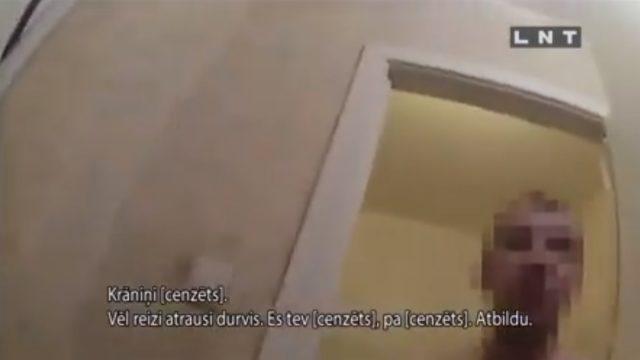 """VIDEO: Māte lūdz policiju no dzīvokļa izmestu dēlu! Policists """"dabū pa seju""""; pielieto elektrošoku!"""
