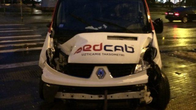 FOTO: Piedzēries vīrietis Rīgā pie viesnīcas nozog iedarbinātu taksometru un izraisa avāriju!