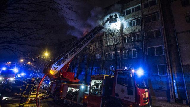 VIDEO TIEŠRAIDE: Pamatīgs ugunsgrēks Rīgā, Stabu ielā – deg Iekšlietu ministrijas ēka!