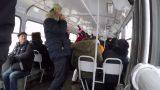 VIDEO: Vīrietis ar saviem smiekliem Ķengaraga tramvajā sasmīdina visus pasažierus!