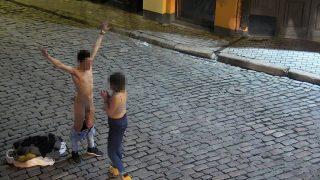 Spānis Vecrīgā vienojas ar latviešu meiteni, ka viņa parādīs krūtis, bet viņš novilks bikses!