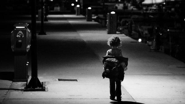 Policija nakts vidū Madonā uz ielas atrod 3 gadīgu bērnu!