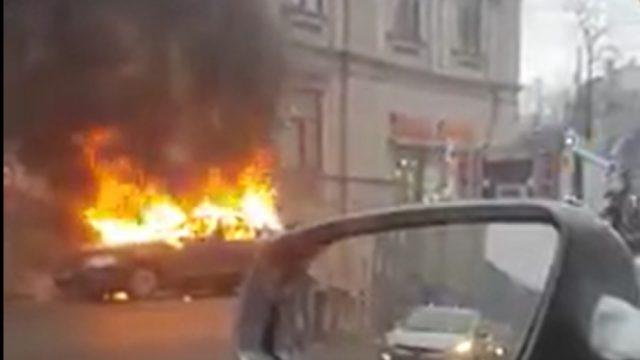 VIDEO: Šis rīts Rīgā sācies ar pamatīgu ugunsgrēku Brīvības ielā! Deg uz ielas atstāts auto!