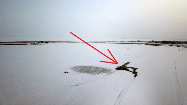 FOTO: Igaunijā ledū ielūzis mikroautobuss; iespējams, tajā vēl atrodas cilvēki!