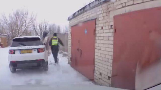 """VIDEO: Spraiga policijas pakaļdzīšanās dārga """"Land Rover"""" zaglim Salaspilī!"""