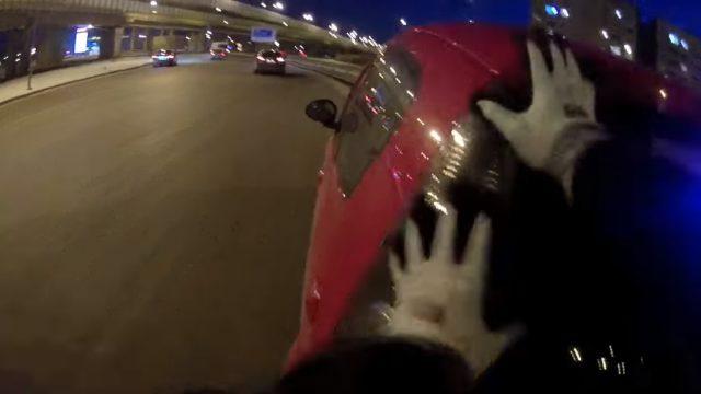 VIDEO: Izpalīdzīgie policisti jeb kā likumsargi auto stūma un aizveda sievieti uz benzīntanku!