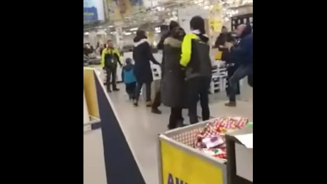 """VIDEO: Tas brīdis, kad divi vīrieši veikalā """"K-rauta"""" pamatīgi izkaujas… pēdējā poda dēļ!"""