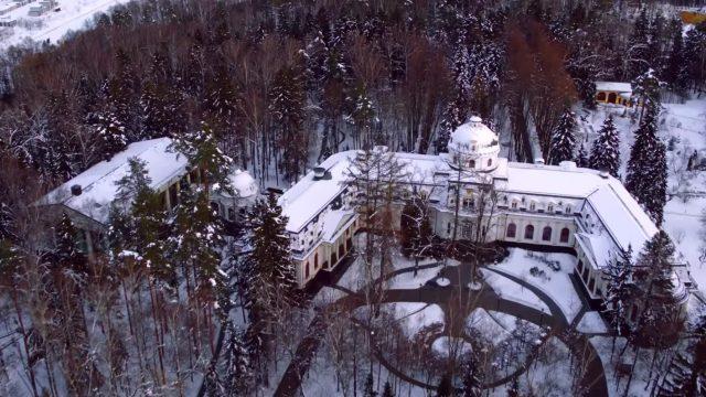 """VIDEO: Navaļnijs nofilmē Krievijas vicepremjera Šuvalova """"pili"""" uz kuru pat aizliegts skatīties!"""