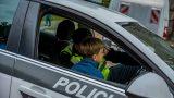Policists ārpus darba laika palīdz 8-gadīgai meitenei, kura pabrauca garām savai pieturai