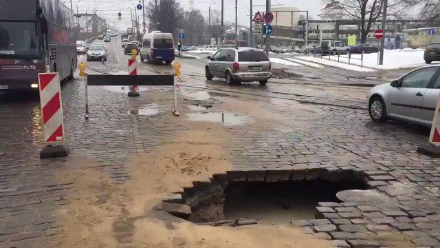 VIDEO: Brauc uzmanīgi! Brīvības ielas vidū šodien parādījusies milzu bedre!